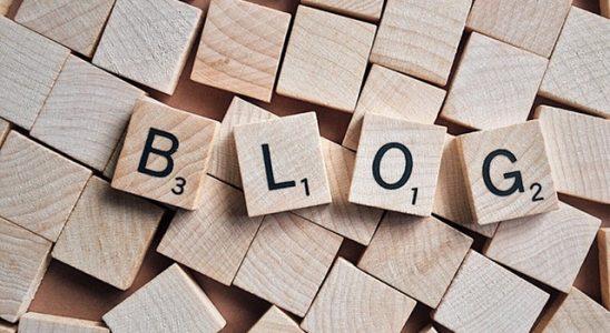 Ordet blog i träbokstäver